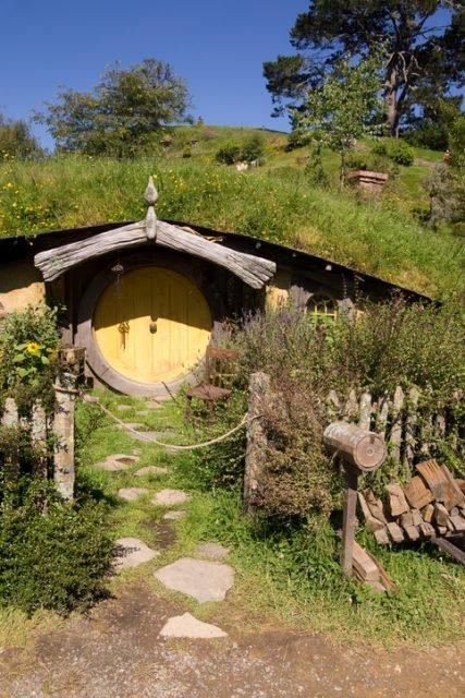 Матамата, Новая Зеландия - 7 января 2013 года. Вход в дом хоббита. Ранее использовавшийся в съемках фильмов «Властелин колец» и «Хоббит», он был сохранен для туристов. Эта «хоббичья нора» была резиденцией персонажа Сэм.