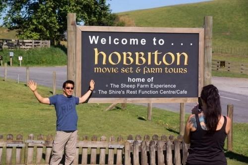 Матамата, Новая Зеландия - 7 января 2013 года. Турист фотографируется перед табличкой «Добро пожаловать в Хоббитон»