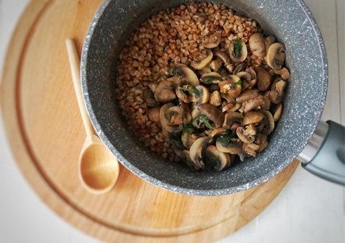 Гречневая каша грибная 1 порция – 271 ккал