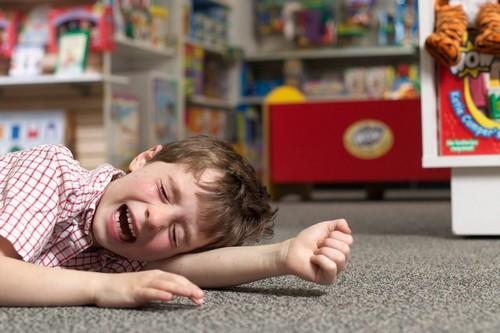 Сын закатывает истерику, едва увидев красивую игрушку