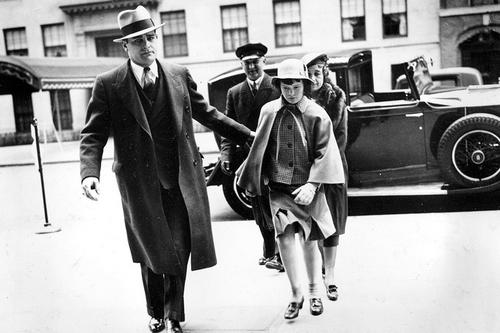 Глория Вандербильт в сопровождении своей матери и под охраной детектива.
