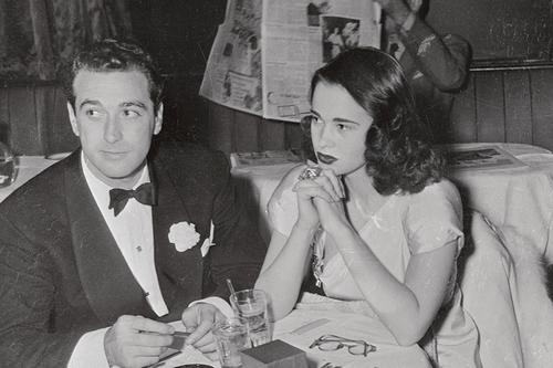Глория Вандербильт и Паскуале ДеЧикко в ночном клубе. На фото ей 17 лет. В 21 год она получит наследство в $34 млн.