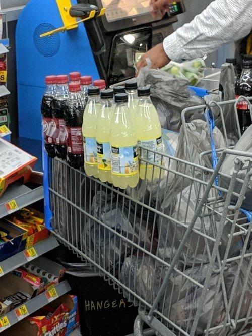 4. Упаковки с водой и газировкой можно возить на боковой стороне тележки, экономя место для других продуктов Лайфхак, жизненно, интересно, полезно, фото, хитрости