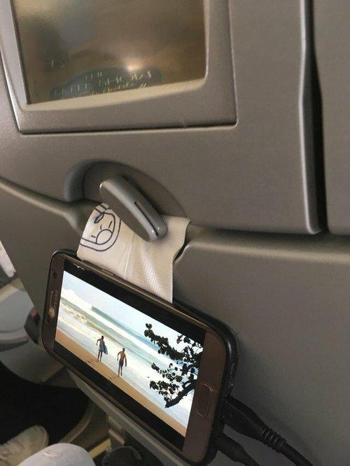 """9. """"Во время долгого перелета мне надоело держать телефон в руках"""" Лайфхак, жизненно, интересно, полезно, фото, хитрости"""