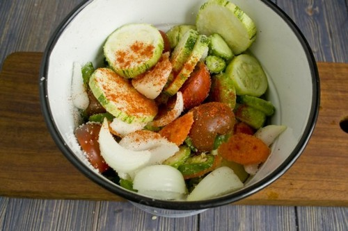 Собираем нарезанные овощи в эмалированную посуду, добавляем специи, соль и сахар. Перемешиваем и ставим под груз