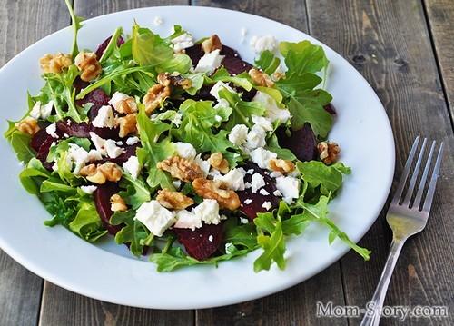 Легкий салат с рукколой и свеклой