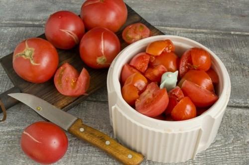 Отбираем помидоры и измельчаем в блендере