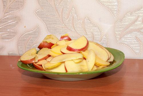 Помыть и нарезать яблоки