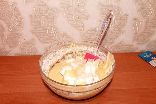 Добавляем белок и перемешиваем тесто